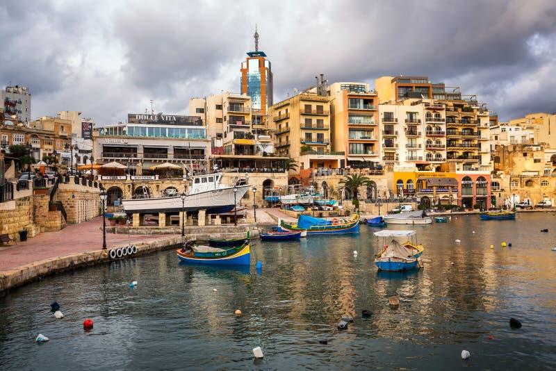 Κόλπος Spinola και πύργος Portomaso σε Άγιο ιουλιανό, Μάλτα στοκ εικόνες