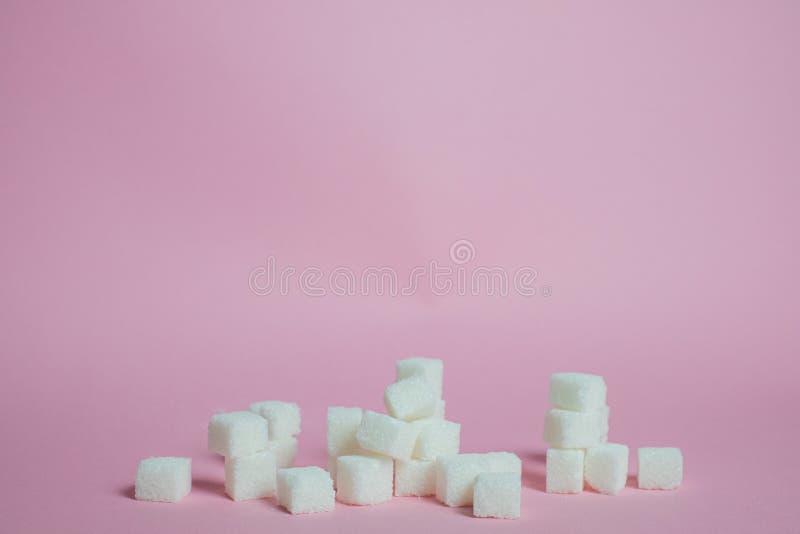 Κύβοι άσπρης ζάχαρης σε ένα ρόδινο υπόβαθρο στοκ φωτογραφίες με δικαίωμα ελεύθερης χρήσης
