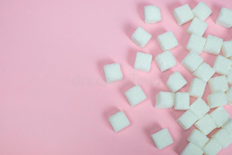 Κύβοι ζάχαρης σε ένα ρόδινο υπόβαθρο Ζάχαρη με το διάστημα αντιγράφων στοκ εικόνες με δικαίωμα ελεύθερης χρήσης