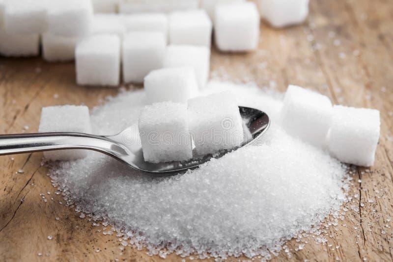 κύβοι ζάχαρης στο κουτάλι στο επιτραπέζιο ξύλο στοκ φωτογραφίες με δικαίωμα ελεύθερης χρήσης