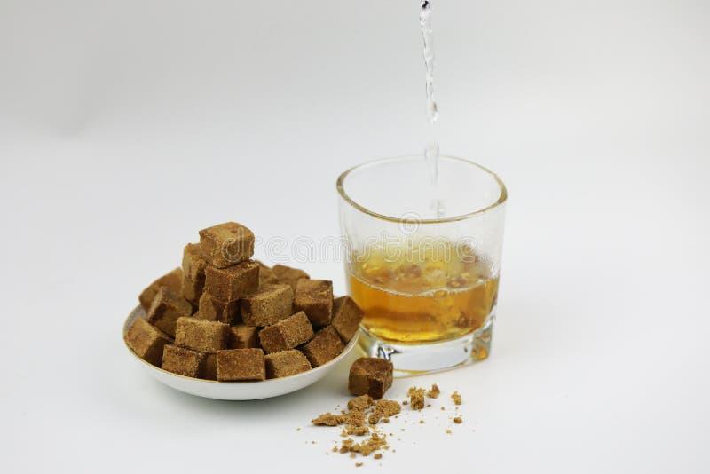 Κύβοι ζάχαρης στο φλυτζάνι πιάτων και γυαλιού με το νερό στοκ φωτογραφίες με δικαίωμα ελεύθερης χρήσης