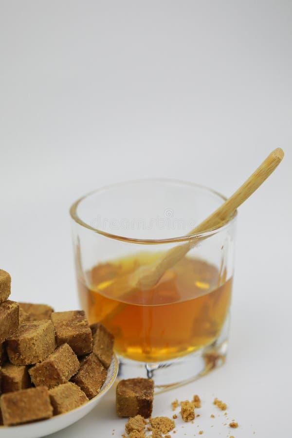 Κύβοι ζάχαρης στο φλυτζάνι πιάτων και γυαλιού με το νερό στοκ εικόνες με δικαίωμα ελεύθερης χρήσης