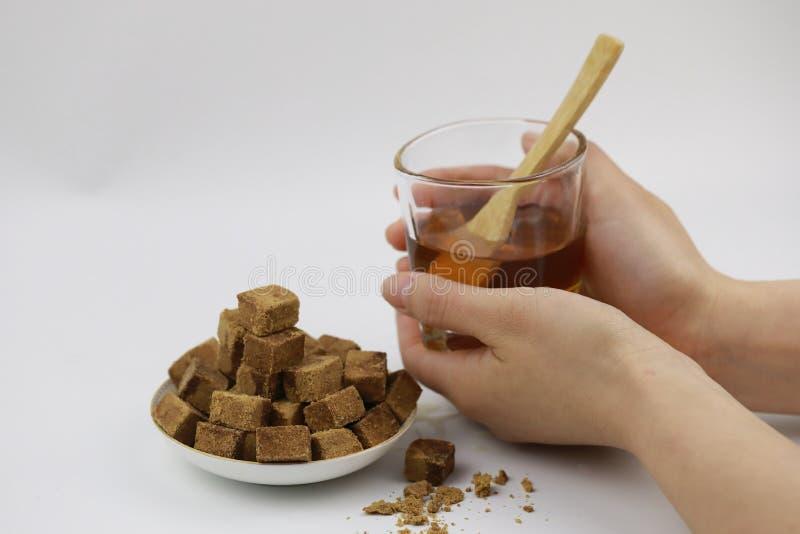Κύβοι ζάχαρης στο φλυτζάνι πιάτων και γυαλιού με το νερό στοκ φωτογραφία με δικαίωμα ελεύθερης χρήσης