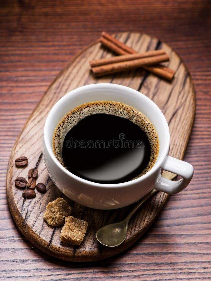 Κύβοι ζάχαρης φλιτζανιών του καφέ και καλάμων στοκ εικόνα με δικαίωμα ελεύθερης χρήσης