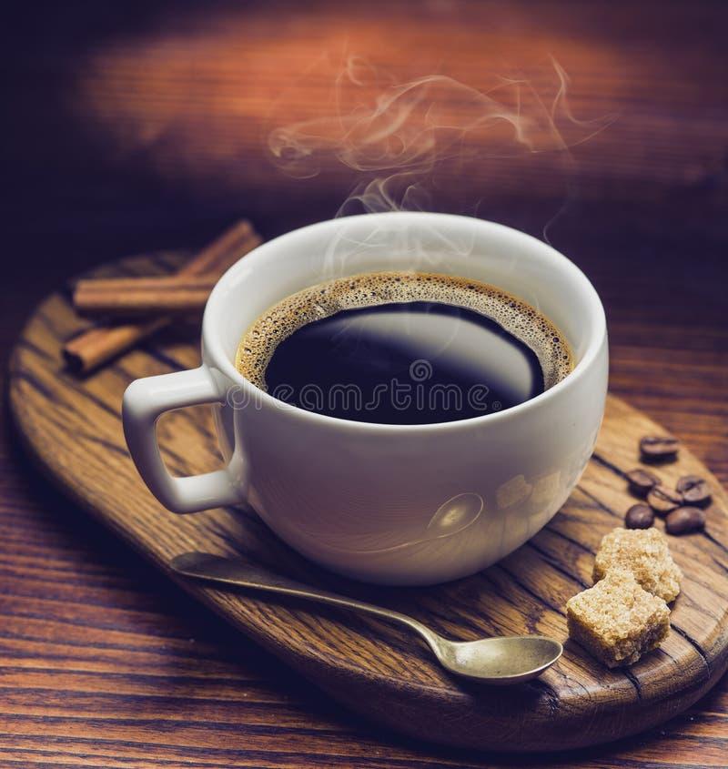 Κύβοι ζάχαρης φλιτζανιών του καφέ και καλάμων στοκ εικόνες με δικαίωμα ελεύθερης χρήσης