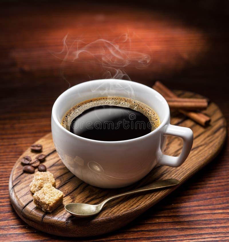 Κύβοι ζάχαρης φλιτζανιών του καφέ και καλάμων στοκ φωτογραφία με δικαίωμα ελεύθερης χρήσης