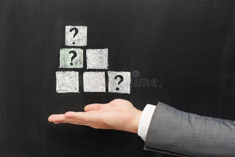 Κύβοι και ερωτηματικά Chalked στον επιχειρηματία στοκ εικόνα με δικαίωμα ελεύθερης χρήσης