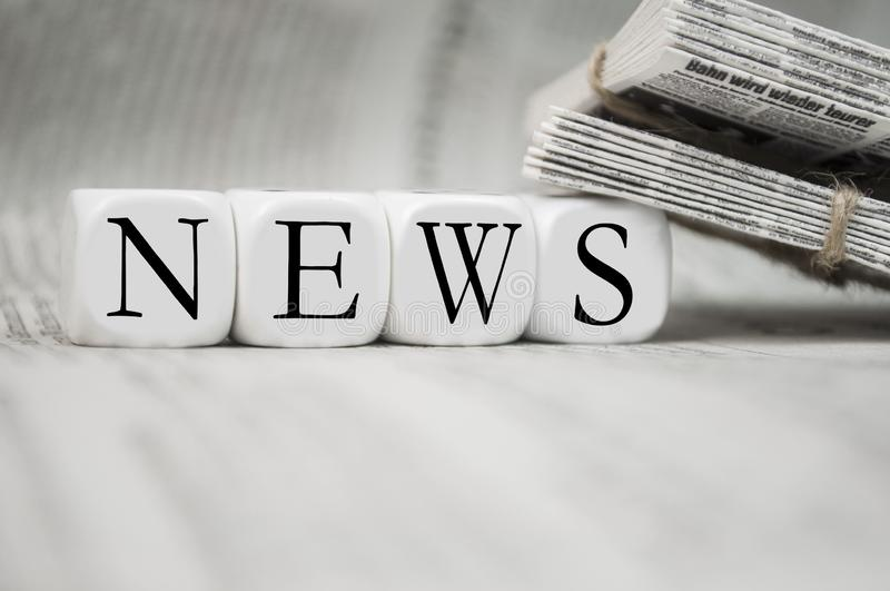 Κύβοι με τις ειδήσεις με τις εφημερίδες στοκ φωτογραφία