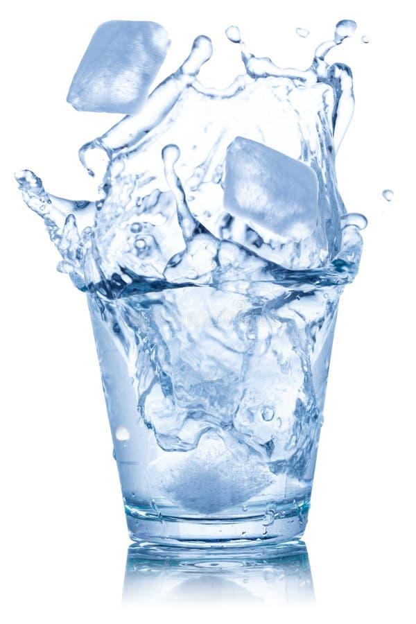 Κύβοι πάγου γυαλιού νερού που απομονώνονται στο λευκό στοκ εικόνα με δικαίωμα ελεύθερης χρήσης