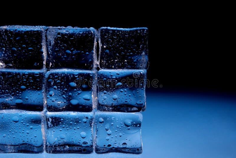 Κύβοι πάγου με την ανασκόπηση απελευθερώσεων ύδατος στοκ φωτογραφία με δικαίωμα ελεύθερης χρήσης