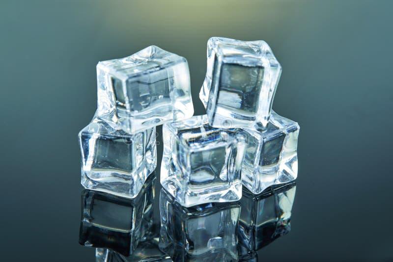 Κύβοι πάγου που αποτελούνται από μια πυραμίδα σε ένα σκοτεινό υπόβαθρο στοκ φωτογραφίες με δικαίωμα ελεύθερης χρήσης
