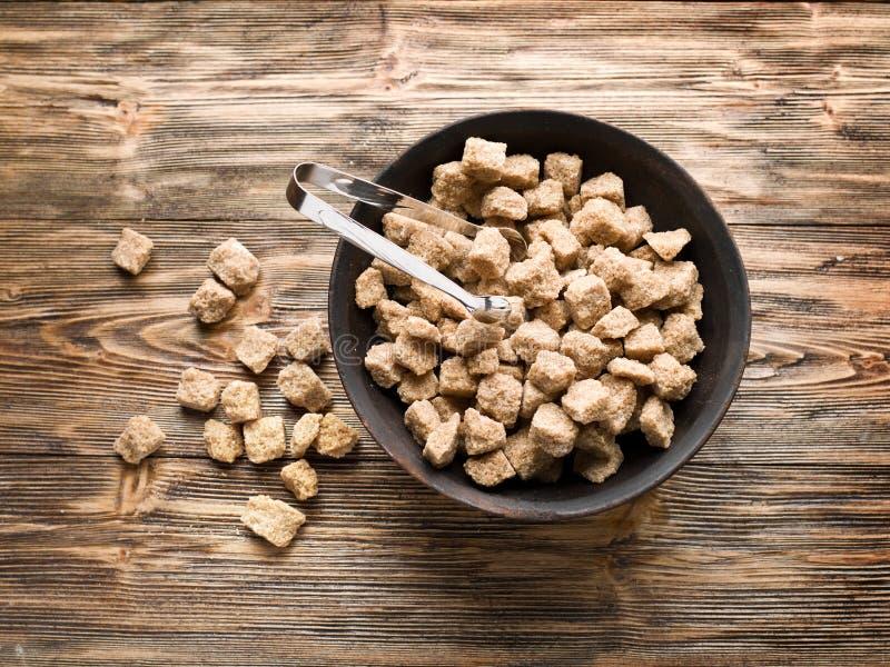 Κύβοι της ζάχαρης καλάμων στο κύπελλο στοκ φωτογραφία με δικαίωμα ελεύθερης χρήσης