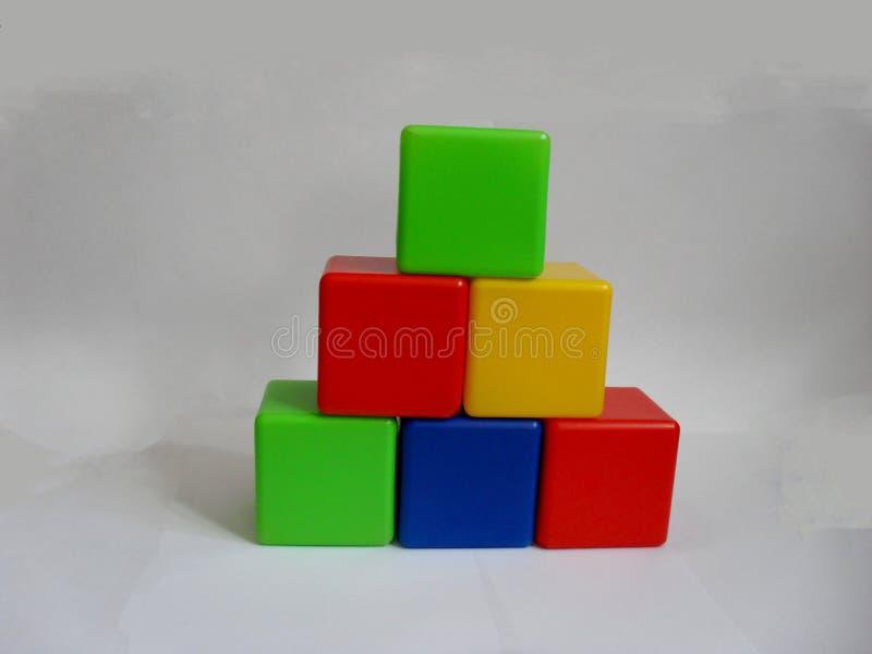 Κύβοι των έξυπνων χρωματισμένοι παιδιών στοκ εικόνες