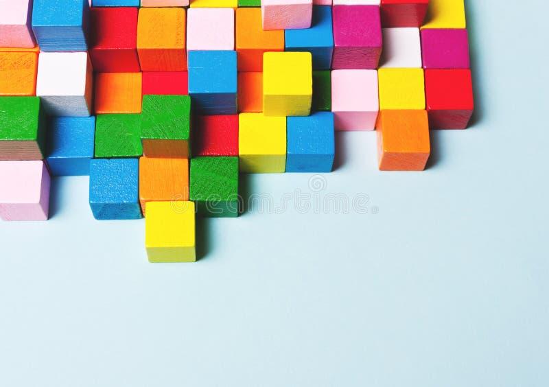 Κύβοι χρώματος στο γρίφο Έννοια δημιουργική, στοκ εικόνες