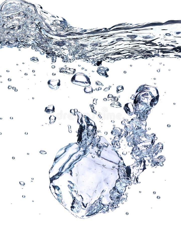 Κύβος πάγου στο νερό στοκ εικόνες με δικαίωμα ελεύθερης χρήσης