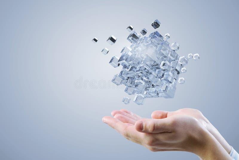 Κύβος στο αρσενικό χέρι Μικτά μέσα στοκ φωτογραφία