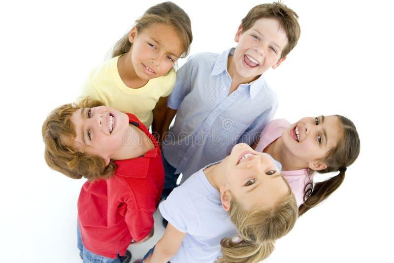 κύκλος πέντε φίλοι που χαμογελούν τις νεολαίες στοκ εικόνες