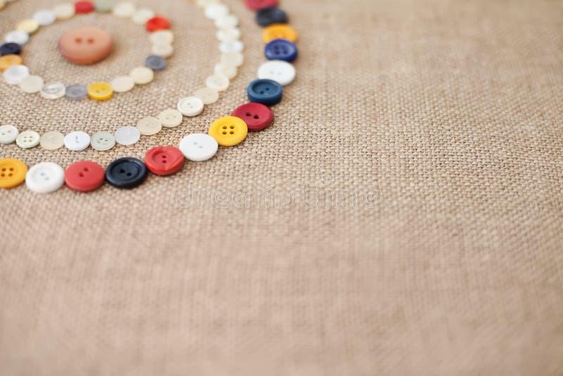 Κύκλοι των ζωηρόχρωμων ράβοντας κουμπιών με το διάστημα αντιγράφων στοκ εικόνες με δικαίωμα ελεύθερης χρήσης
