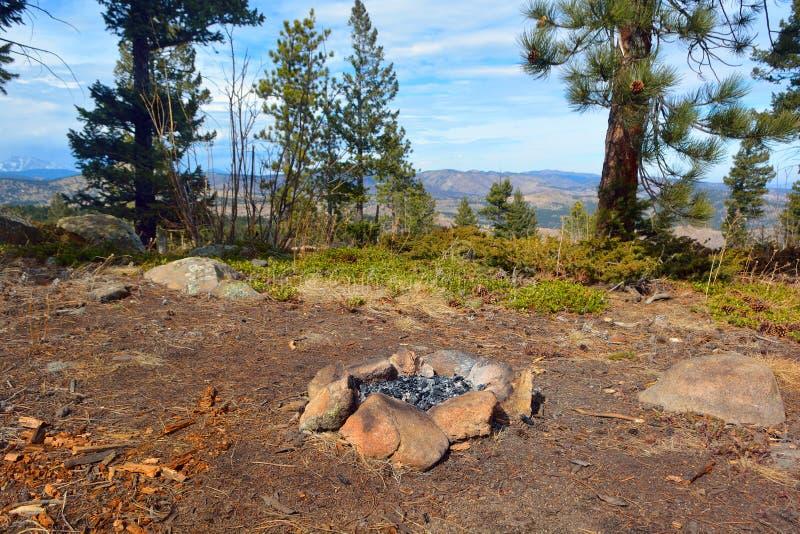 Κύκλος βράχου πυρκαγιάς στρατόπεδων στα βουνά στοκ εικόνες