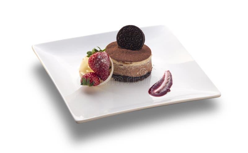 Κύκλος κέικ σοκολάτας με το μπισκότο στην κορυφή και τη φράουλα στοκ εικόνα με δικαίωμα ελεύθερης χρήσης