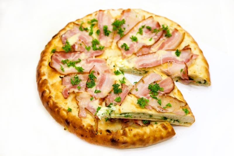 Κύκλος πιτσών με το κρέας και τα πράσινα στοκ φωτογραφίες