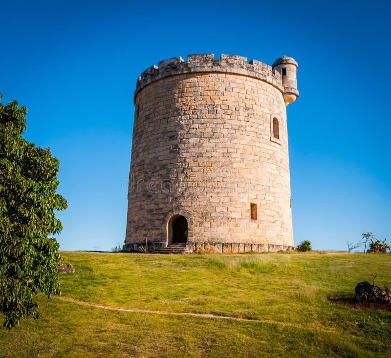 Κύκλος που διαμορφώνεται, μικρός, πέτρα που στηρίζεται, κάστρο στην πλοκή του εδάφους επαρχίας στοκ εικόνα