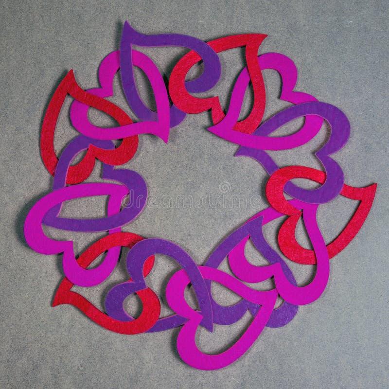 Κύκλος των συνδεμένων καρδιών διακοπής εγγράφου στο εκλεκτής ποιότητας ροζ, το κόκκινο και το PU στοκ εικόνες