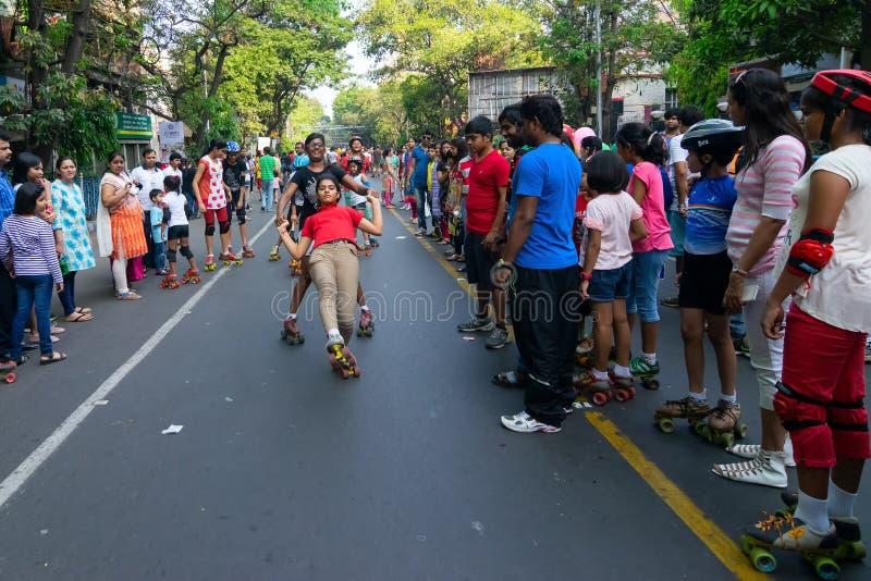 Κύλινδρος παιδιών πόλεων που φεύγει στην οδό πάρκων, Kolkata στοκ εικόνα