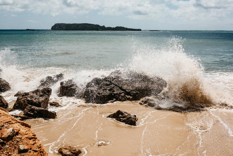 Κύματα από την ακτή της Πορτογαλίας κορυφαία όψη του Ατλαντικού Ωκεανού στοκ φωτογραφία