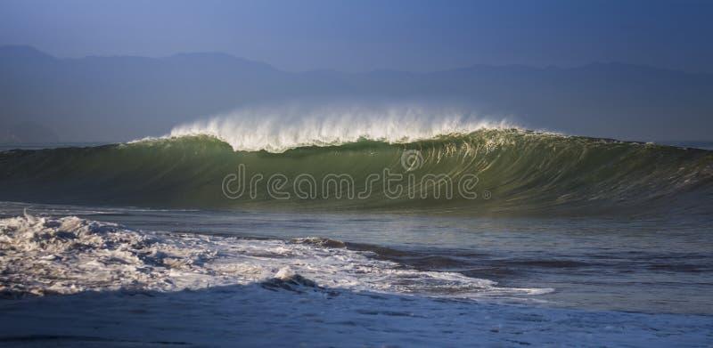 Κύματα διάθεσης κυματωγών στην παραλία Los Muertos σε Puerto Vallarta Μεξικό στοκ φωτογραφίες με δικαίωμα ελεύθερης χρήσης