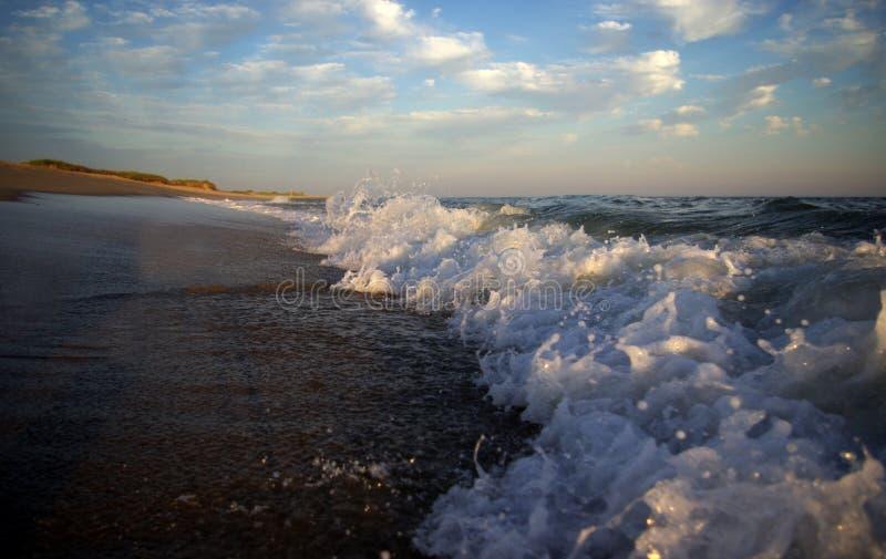 κύματα ηλιοβασιλέματος στοκ φωτογραφίες με δικαίωμα ελεύθερης χρήσης