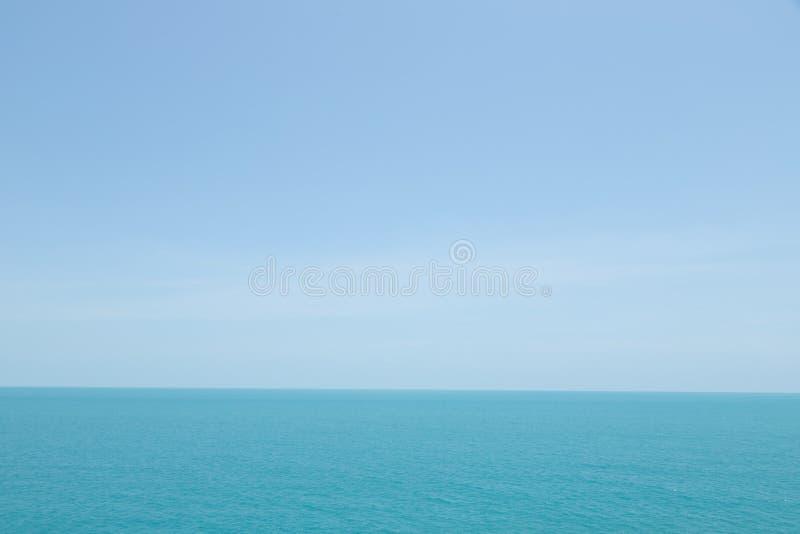 Κύματα θάλασσας στο ωκεάνιο κύμα που καταβρέχει αραιά το νερό κυματισμών Μπλε υπόβαθρο νερού και ουρανού Διάστημα άδειας για να γ στοκ εικόνες