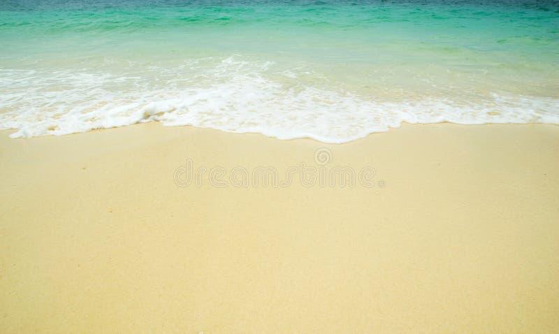 Κύματα θάλασσας μπροστινής άποψης και παραλία άμμου στοκ φωτογραφία με δικαίωμα ελεύθερης χρήσης