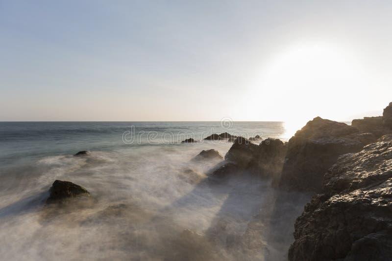 Κύματα θαμπάδων κινήσεων όρμων πειρατών στο ηλιοβασίλεμα σε Malibu στοκ εικόνα με δικαίωμα ελεύθερης χρήσης