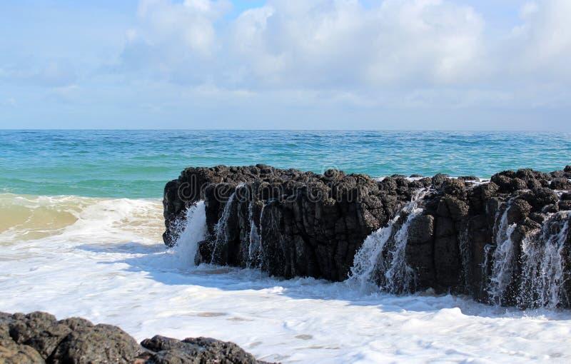 Κύματα Ινδικού Ωκεανού που πετούν ενάντια στους σκοτεινούς βράχους βασαλτών στην ωκεάνια δυτική Αυστραλία Bunbury παραλιών στοκ εικόνα με δικαίωμα ελεύθερης χρήσης