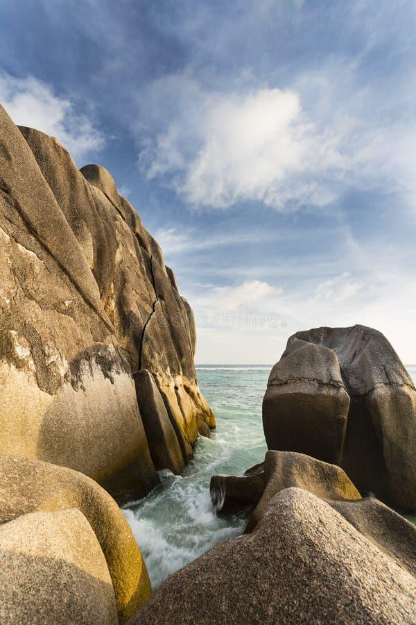 Κύματα μεταξύ των βράχων γρανίτη, Σεϋχέλλες στοκ εικόνα με δικαίωμα ελεύθερης χρήσης
