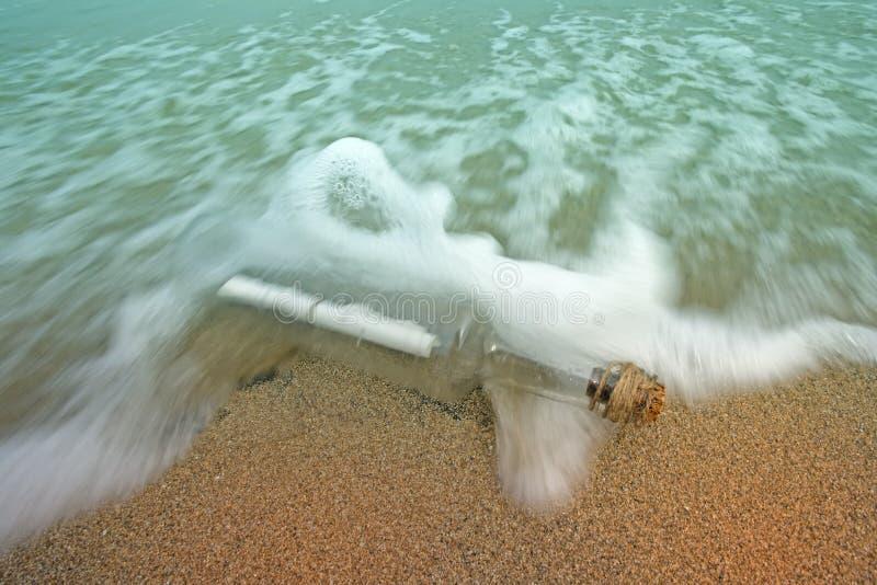 κύματα μηνυμάτων μπουκαλι στοκ εικόνες