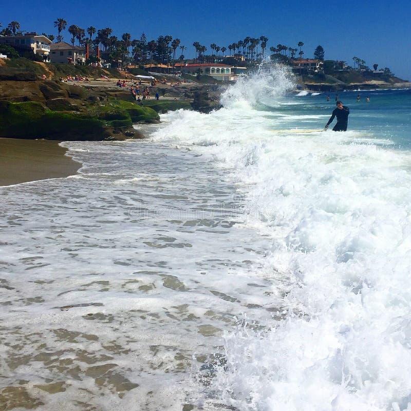 Κύματα που καταβρέχουν επάνω στους μεγάλους βράχους στοκ φωτογραφίες