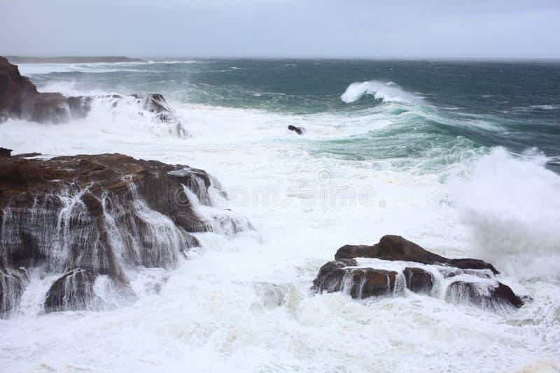 Κύματα που πλένουν τη δύσκολη ακτή στοκ εικόνα με δικαίωμα ελεύθερης χρήσης