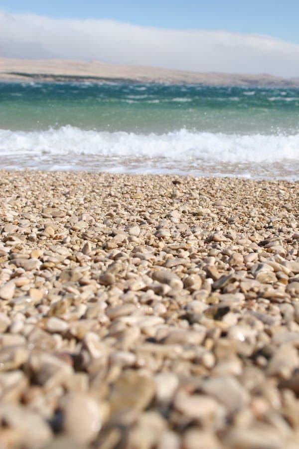 Κύματα που σπάζουν σε μια παραλία βοτσάλων στοκ εικόνες με δικαίωμα ελεύθερης χρήσης