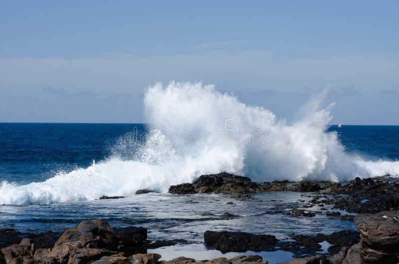 Κύματα που σπάζουν στους βράχους, θλγραν θλθαναρηα στοκ εικόνες