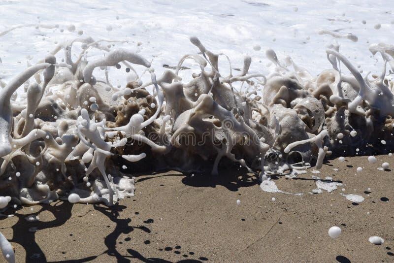 Κύματα που συντρίβουν με τον αφρό θάλασσας στοκ εικόνες με δικαίωμα ελεύθερης χρήσης