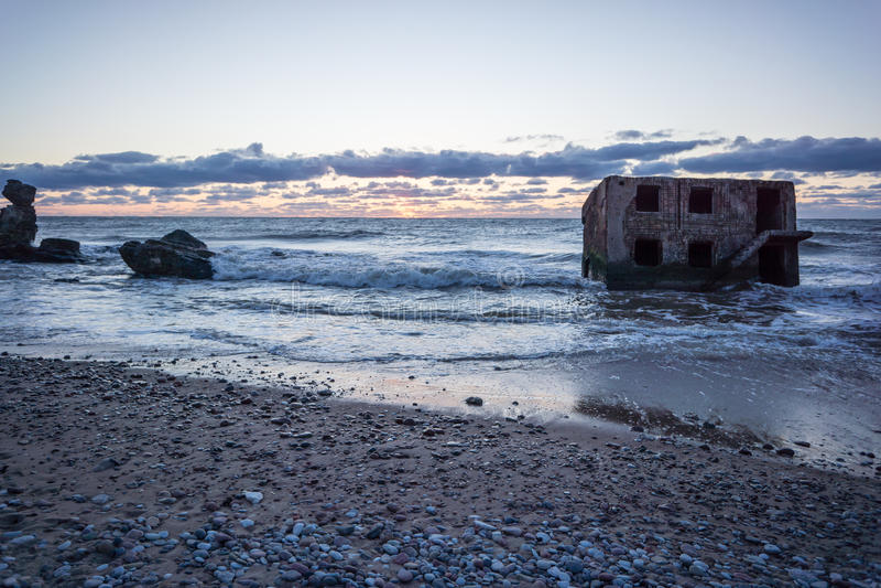 Κύματα που συντρίβουν πέρα από τους βράχους στο ηλιοβασίλεμα στοκ φωτογραφίες με δικαίωμα ελεύθερης χρήσης