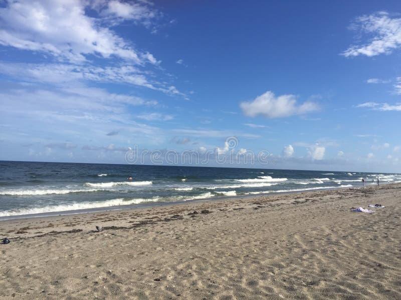 Κύματα που συντρίβουν στην άμμο στοκ φωτογραφίες με δικαίωμα ελεύθερης χρήσης