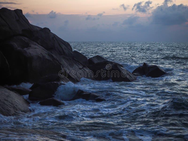 6c3e6b1f53 Κύματα που συντρίβουν στις παράκτιες πέτρες στην ανατολή στοκ εικόνες με  δικαίωμα ελεύθερης χρήσης