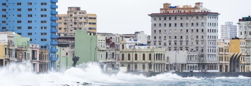 Κύματα που συντρίβουν στον τοίχο Malecon της Αβάνας, Κούβα στοκ εικόνες