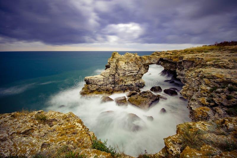 Κύματα, που συντρίβουν στους απότομους βράχους στοκ φωτογραφίες