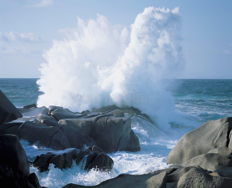 Κύματα που συντρίβουν στους βράχους στην ακτή στοκ φωτογραφίες
