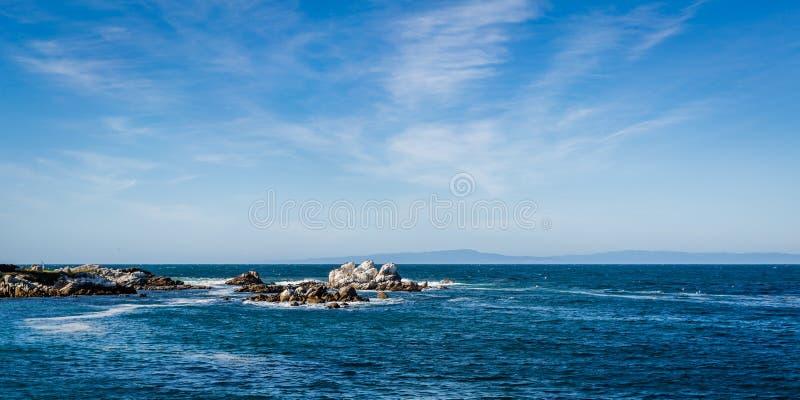 Κύματα που συντρίβουν στους βράχους στον κόλπο Monterey, Καλιφόρνια στοκ εικόνα με δικαίωμα ελεύθερης χρήσης