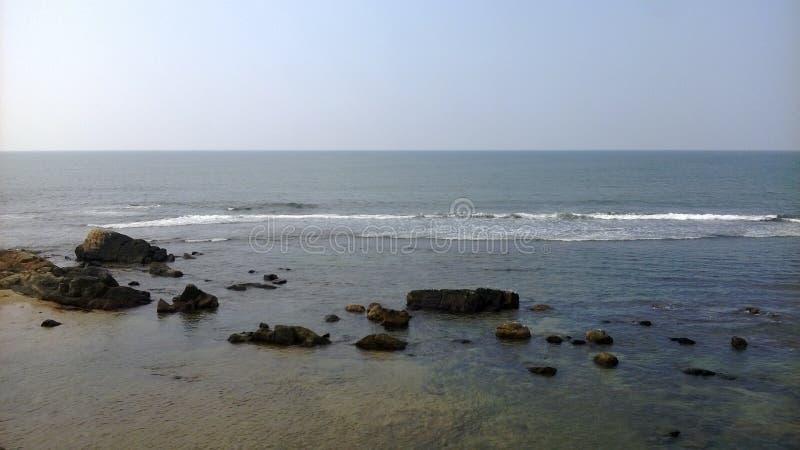 Κύματα σπασιμάτων με τον ισορροπημένο βράχο στοκ φωτογραφίες με δικαίωμα ελεύθερης χρήσης